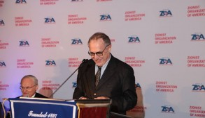Professor Dershowitz addresses the ZOA dinner. Courtesy: ZOA Facebook
